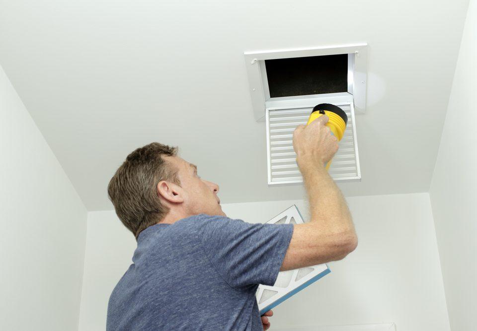 Comprobacion de conductos de aire en el sistema