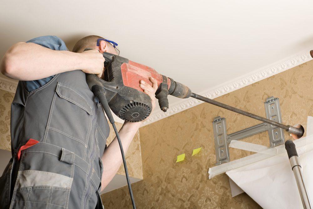 Tecnico-de-aire-acondicionado-perfora-la-pared